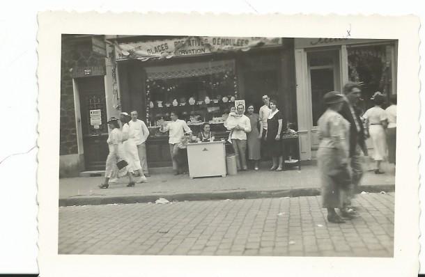 Pendant la braderie rue Jean Jaurès, année inconnue.