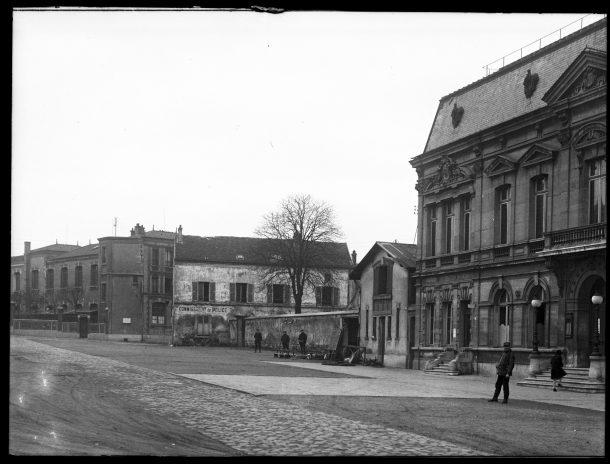 1930 - la place de la mairie avant la construction des Services Annexes