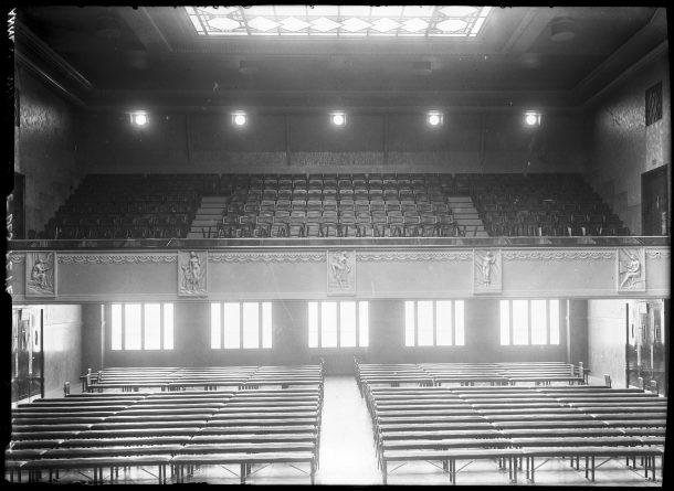 1934 - intérieur de la salle des fêtes qui prendra plus tard le nom de Louis Jouvet