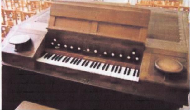 L'orgue Debierre-Gloton de 1932 en place dans le fond de l'église jusqu'en 2007