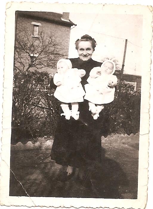 1951, les soeurs jumelles, avenue Galiiéni dans les bras de leur grand-mère