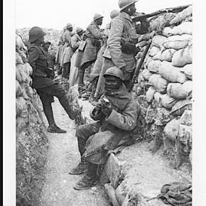 1917, tirailleurs Sénégalais dans une tranchée.