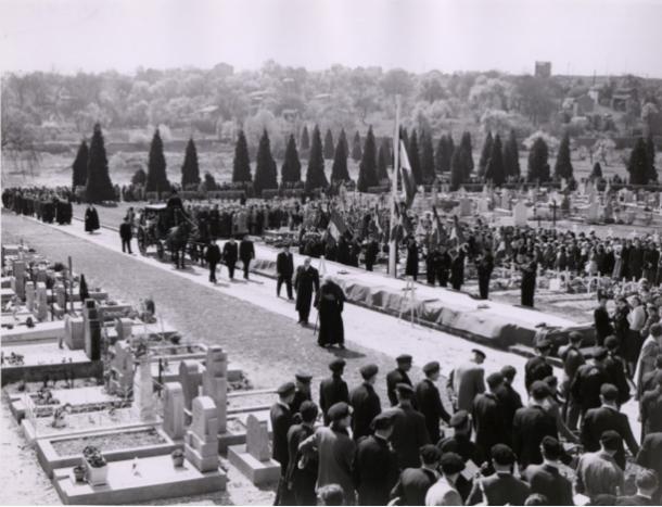 L'arrivée du cortège au nouveau cimetière devant les corps exposés.
